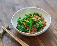 導入 健康に良さそう、ダイエットに効果がありそうだと話題になっている大豆ミート。 植物性食品で高たんぱく、食物繊維もたっぷり、低脂質で低カロリー、コレステロールフリーと、いいことずくめな食材です。 でも、まだ食べたことがないけど本当はどうなの?と遠巻きに見ている人も多いのでは? 美味しいのか、どんな風に利用したらいいのか、どのメーカーの商品を選べば良いのか、疑問に思ったり迷ったりするかもしれませんよね。 そこで、今回は大豆ミートについて種類や味、おすすめのメーカーなど詳しくご紹介します!      ・大豆ミート美味しいの? 個人差もありますが、大豆ミートは「大豆くさい」といって嫌う人もいるようです。 大豆ミートをお肉の代わりとして使う場合、やっぱり代用品でしかないと不満に感じる人もいるでしょう。 しかし、大豆ミートは調理次第で美味しく食べることができ、お肉ではないのに十分満足感を得ることができる素材です。 乾燥タイプの大豆ミートの場合、戻し方が悪いと美味しくないようです。 説明書にあるように正しく戻すことが大切ですが、乾燥タイプではなく水戻し不要ですぐ使えるタイプなら、美味しく調理できるのでおすすめです。      ・大豆ミートの種類 大豆ミートには、 ・水やお湯で戻す乾燥タイプ ・水戻し不要ですぐ使えるレトルトタイプ ・冷凍タイプ などがあります。 また、調理によって使い分けできるよう形状にも種類があります。   ・ブロック ・スライス ・ミンチ ブロックなら唐揚げ、スライスなら生姜焼き、ミンチならハンバーグなど普段お肉を使って作る料理を大豆ミートに代えて使うことができますね。 また、素材としての大豆ミートだけでなく、温めるだけですぐ食べることができるお惣菜タイプの商品もあります。    ・大豆ミートの美味しいメーカー13選 1.無印良品 常温保存可能で水戻し不要、ひき肉タイプと薄切りタイプの他、温めてすぐ食べられるハンバーグやミートボールもあります。 2.マルコメ お馴染みのお味噌メーカー、大豆こだわるメーカーだから安心。 3.グリーンカルチャー 国産大豆100%使用、テレビでも紹介された大豆ミートです。   4.オーサワジャパン マクロビオティック食品を扱うメーカーで、国内産大豆を使った大豆ミートが人気です。 5.ニチエー(nichie) 非遺伝子組み換え大豆使用、国内製造だから安心安全です。 6.神戸乾物本舗 豆力 「まめやのお肉」で知られる、素材にこだわるメーカーの国内加工の大豆ミート。 7.NICHIGA(ニチガ) 遺伝子組換えではない大豆を使用した、国内製造の大豆ミートです。 8.ローフード通販ショップLOHAS 遺伝子組み換えでない、北海道産の大豆を使用した大豆ミート。無添加です。 9.株式会社アイビス 北海道産大豆・ユキホマレを100%使用した、無添加の大豆ミートです。 10.ヨネキチ 非遺伝子組み換え大豆使用、無添加の大豆ミート「SOY KARA」は唐揚げがおすすめ。 11.コッチラボ メディアにも取り上げられ話題となった大豆ミート。フィレ、ボール、ミンチタイプがあります。 12.こわけや 様々なレシピに対応できる、5タイプの大豆ミートが揃っています。 13.ナカダイ 「鶏肉みたいな肉らしい豆な嫁」という、変わった商品名の大豆ミートが人気。  ・まとめ 美味しいと評判の大豆ミートのメーカーをご紹介しました。 タイプもいろいろ、メーカーによっておすすめの調理方法があるようです。 乾燥タイプは正しく戻すことが美味しく食べるためのコツ、メーカーによって手順や時間が異なりますから、説明書をしっかり読んで。 大豆ミートを食べたいけどちょっと面倒、というのなら、無印良品の大豆ミートのような、温めてすぐ食べられるタイプもいいですよ。